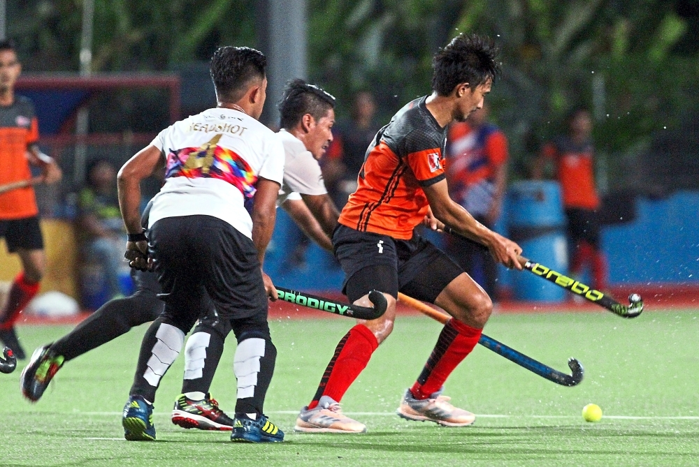 UPM-Brotherstick Md Sufi Ismat (right) and HSF HC players Shazrul Imran NaLi (centre) and Shazrul Imran Nazli (left) react to a loose ball during their Selangor Hockey league QNET Challenge Trophy Grand Finals.