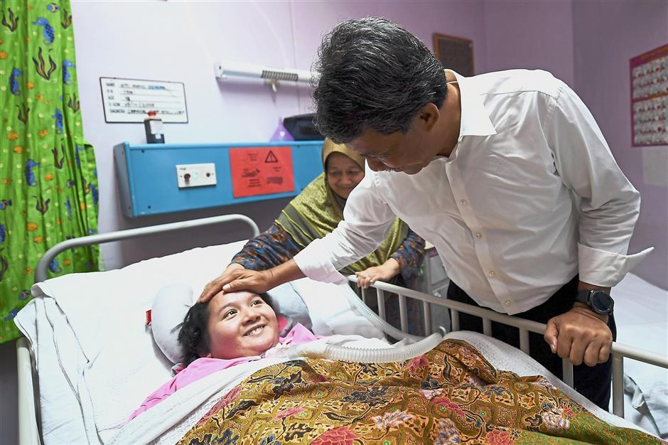 KUALA PILAH, 16 April -- Menteri Besar Negeri Sembilan Datuk Seri Mohamad Hasan menziarahi Siti Nurul Hidayah Mohamad Sofi, 18, yang terlantar hampir 14 tahun di Hospital Tuanku Ampuan Najihah, Kuala Pilah akibat penyakit kerosakan saraf tunjang ketika berusia enam tahun, hari ini.Turut bersama Dayang Lohani Awang Zain, ibu kepada Siti Nurul Hidayah.Semalam, Siti Nurul Hidayah memuat naik video ke laman sosial medianya untuk berjumpa Mohamad Hasan.Atas keprihatinan Menteri Besar, beliau sempat singgah menziarahi pesakit itu selepas selesai lawatan rasmi sehari ke Daerah Jempol.--fotoBERNAMA (2018) HAK CIPTA TERPELIHARA--fotoBERNAMA (2018) HAK CIPTA TERPELIHARA