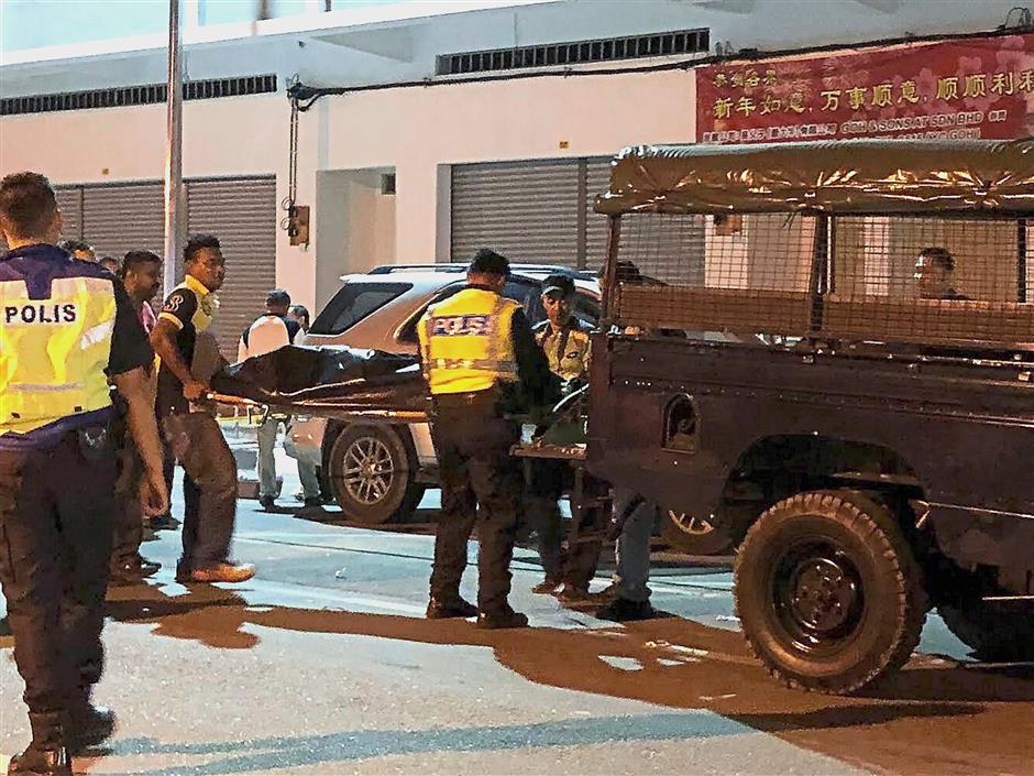 SITIAWAN, 2 Jun -- Anggota polis mengusung mayat Chu Phan Hoo, 62, yang dipercayai menembak dirinya sendiri di dalam kereta jenis Toyota Fortuner di Kampung Koh malam tadi.Dia sebelum itu dikatakan menembak rakannya, Ling Iu King, 66, kira-kira 10 kilometer dari lokasi mayatnya ditemukan.--fotoBERNAMA (2018) HAK CIPTA TERPELIHARA