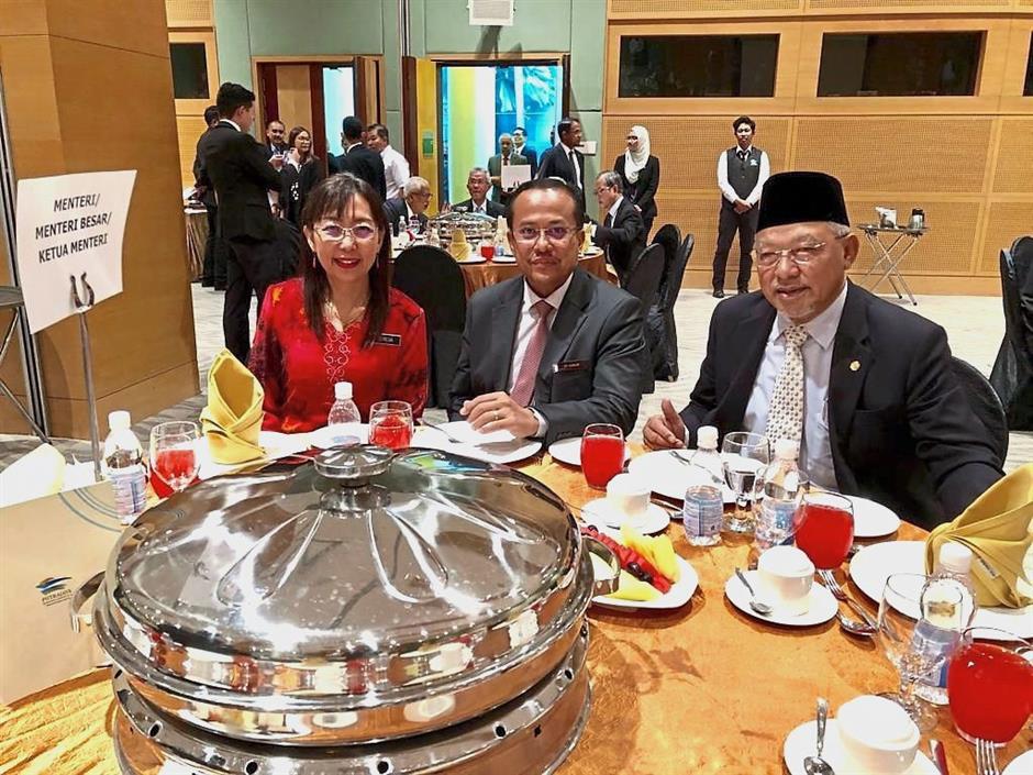 United in championing the national palm oil agenda: Teresa Kok with Dr Ahmad Samsuri and Ahmad Yakob (right).