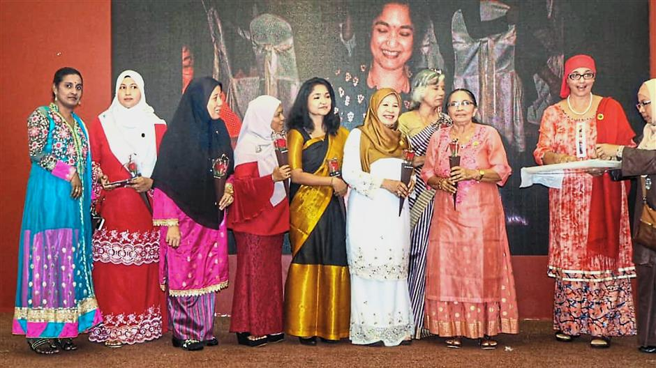 (From third right) Usha, Jahara and Khasturi presenting mementos to organising committee members at Convent School Butterworthu2019s 88th anniversary dinner at Safira Country Club.