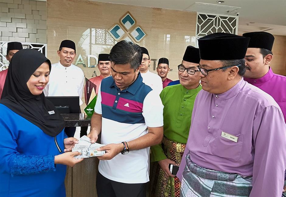LANGKAWI, 29 Dis --Kakitangan Adya Hotel Langkawi, Siti Nuraminira Abd Rahman, 33, (kiri) menunjukkan wang tunai berjumlah AS5,000 (kira-kira RM20,295) yang dijumpainya di dalam salah sebuah bilik penginapan hotel itu kepada Pengerusi PKB Hotel Management & Services (PKHBMS), Nor Saidi Nanyan (empat kanan), Pengurus Besar Adya Hotel Langkawi, Razmi Rahmat (dua, kanan) dan barisan pengurusan hotel itu hari ini.Dia yang bertugas di bahagian pembersihan, Siti Noraminira yang mengandung tujuh bulan menemui wang tunai itu di dalam sebuah sampul yang terselit pada kain cadar katil bayi sebuah bilik yang sebelum itu dihuni sebuah keluarga dari Pakistan.Dia telah menyerahkan wang tunai itu kepada penyelianya yang telah membolehkan wang itu diserahkan kembali kepada pemiliknya.Nor Saidi memuji sifat amanah Siti Nuraminira yang membuktikan kejayaan Adya Hotel menerapkan nilai-nilai Islamik di kalangan petugasnya.--fotoBERNAMA (2017) HAK CIPTA TERPELIHARA
