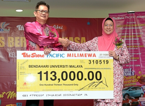 Pek (left) presenting a mock cheque to Prof Hany. — Photos: SS KANESAN/The Star
