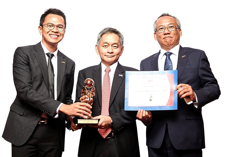 Azlan (centre) together with section head corporate communications Mohd Hafiz Abdul Ghani (left) and senior general manager Hassan Ramadi receiving the European Awards for Best Practices 2018 in Brussels.