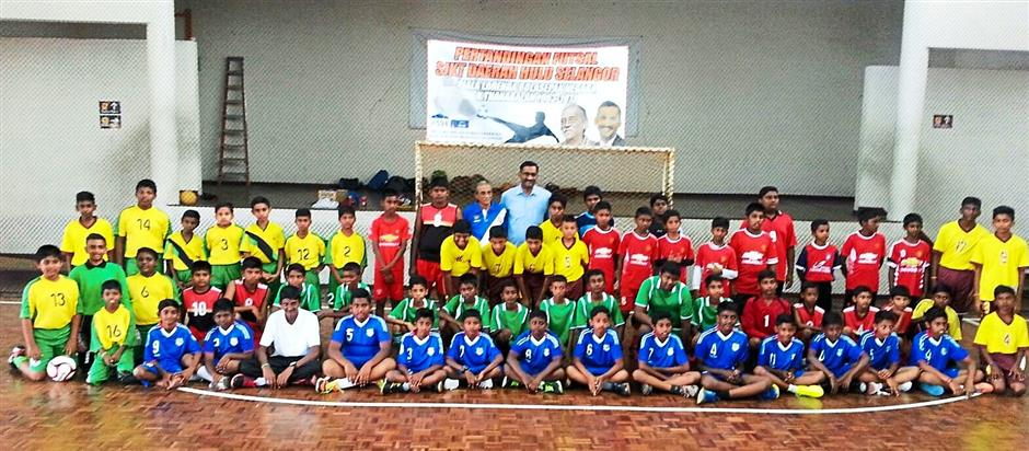 1 The players from the six schools get together for a group picture. 2 Kamalanathan (front row, right) and Thanabalan (standing right) with the players from SJK(T) Bukit Beruntung.