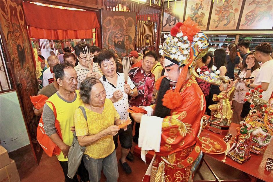(Brief Caption): Hokkien community abd visitors thronging Chew Jetty with their offerings to pay homage to the Jade Emperor God./Picby CHAN BOON KAI/23 February 2018.