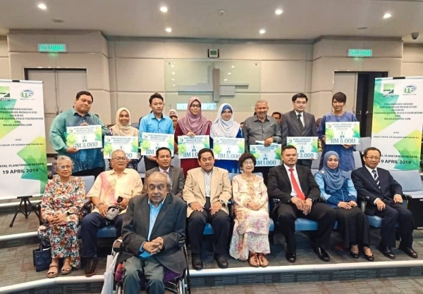 (Fourth and fifth from left, seated) Norian and Siti Hasmah, and Dr Chandra (first row), pose with the winners of the competition.