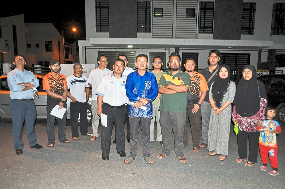 Saujana KLIA residents want the Civil Aviation Authority to step in and introduce noise abatement measures. With them are (front row, from left) Sepang Municipal councillor Gun Chee Hui and Saujana KLIA Residents' Associaton chairman Mohd Zakiyuddin Khadir.