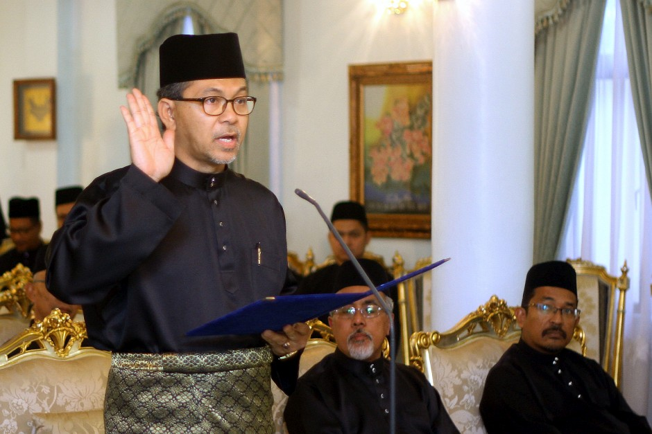 Azlan Man is sworn in as Perlis MB before The Raja of Perlis Tuanku Syed Sirajuddin Putra Jamalullail at Istana Arau on Thursday (May 24). u2013 Bernama