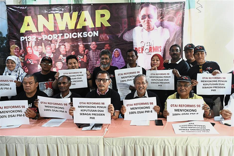 Old faithfuls: ?Dr Idris? (?seated, second right) with Otai Reformasi secretary-general? Abdul Razak Ismail (?seated?, centre) and the rest of the group pledging their support to Anwar? at the press conference?.? — Bernama