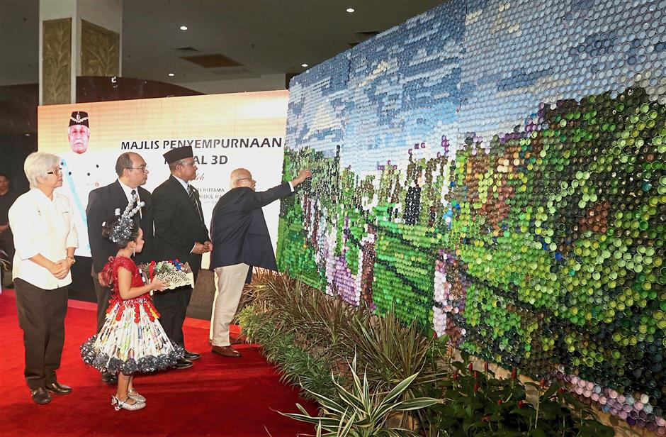 (From right) Abdul Rahman taking part in the ceremony to unveil the murals. With him are Rozali, UPSI vice-chancellor Dr Mohammad Shatar Sabran and state exco member Chong Eng.