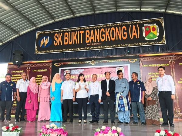Teo (seventh from left), PPG managing director Datuk Sum Kown Cheek (beside Teo, in long-sleeved shirt) and Lih Kang (extreme right) at the handover ceremony in SK Bukit Bangkong (A).