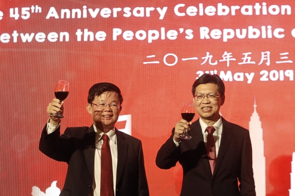 Chow (left) and Lu giving a toast during the reception marking the 45th anniversary celebration of diplomatic relations between the Peopleu2019s Republic of China and Malaysia.