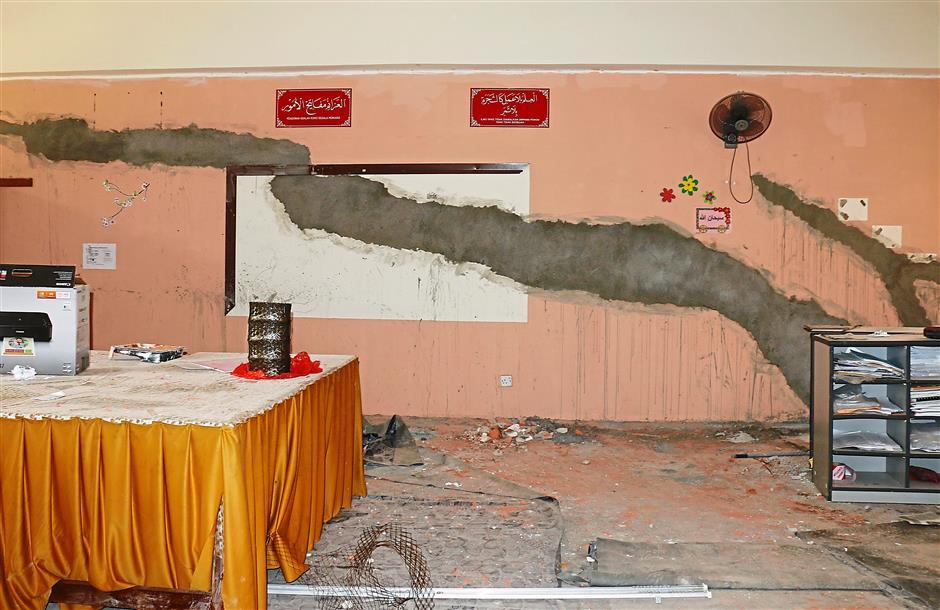 The cracks and structural damages at Sekolah Kebangsaan Taman Sungai Besi Indah puts students and teachers at risk.KUALA LUMPUR 16 FEBRUARI 2015 - Tinjauan keretakan dikawasan sekolah yang mengakibatkan bahaya kepada para pelajar di Sekolah Rendah Kebangsaan Taman Sungai Besi Indah, disini hari ini.Gambar: NURRABIATUL ADAWIYAH (PELATIH PERETAK)Pemberita: AINIZAN (UTUSAN/KOTA)
