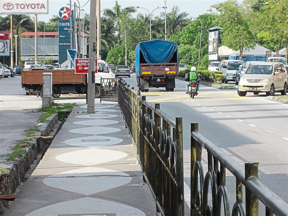 Some Serdang Raya Jalan Utama road users found the barricades installed along the pedestrian walkway at Section 7 and 8 obstruct their vision.