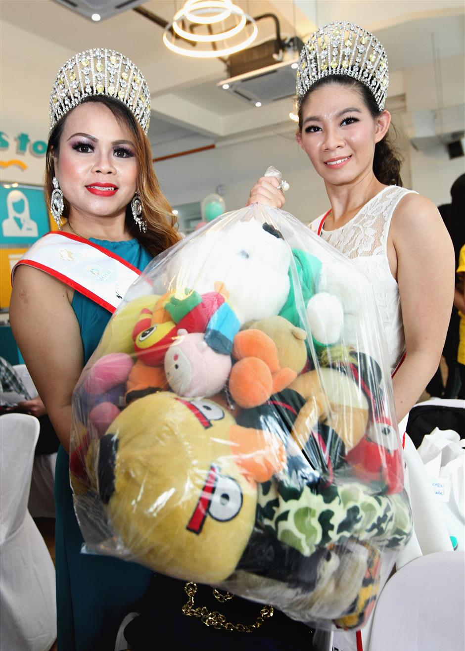 Classic Mrs Shine From Within Ambassador 2017 Caseylina Dior, Miss Shine From Within Ambassador 2017 Nicole Lau showing the bag of pre-loved soft toys at the 'Donate your pre-loved soft toys' campaign.