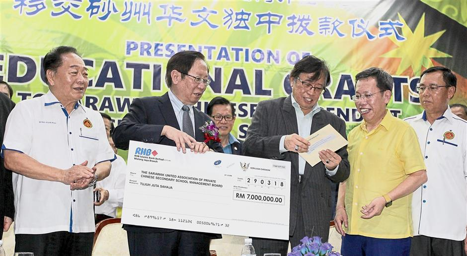 Abang Johari (third from left) presenting the RM7mil cheque to Lau at the event.