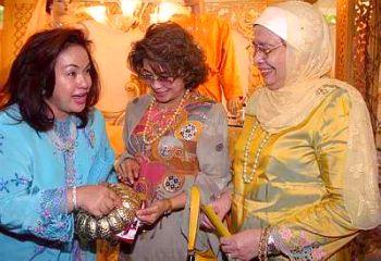 Rosmah: Big money in Malay wedding accessories | The Star Online