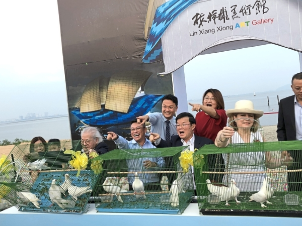 Chow (in blazer) with other VIPs releasing doves at the       groundbreaking         ceremony of the Lin Xiang Xiong Art Gallery near The Light Waterfront in Gelugor. (Bottom pic, from fourth left) Soam, Fernandez, Prof Lin, Chow and Liu with other guests at the   project site.