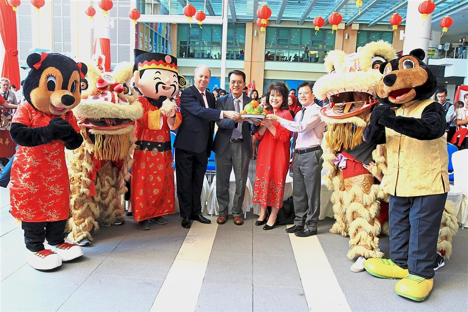 (Fourth from left) Prof Wilkinson, Weng Keng, Elizabeth and Teo with the lion dancers, Sunway mascots and God of Prosperity.