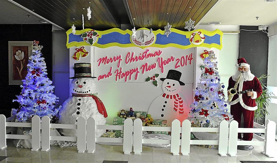 Yo-ho-ho: Santa Claus, christmas trees and snowmen welcomes hotel recipients at the main entrance.