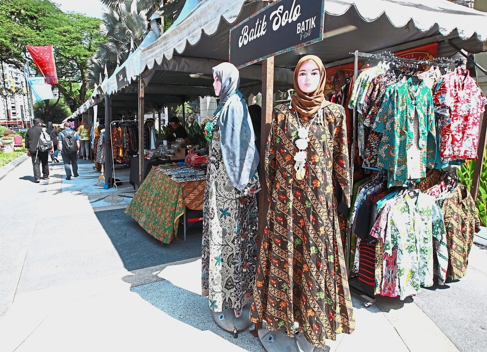 Numerous batik products were showcased at the event.
