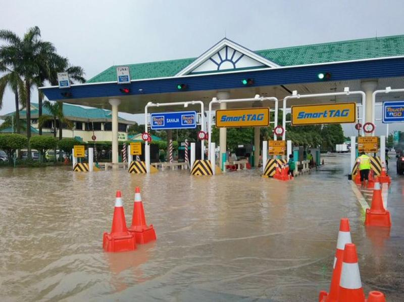 Flash flood at the Shah Alam exit along the NKVE highway