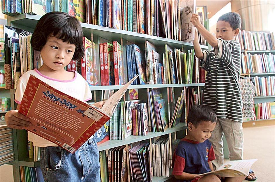 Parents say children are not picking up books voluntarily. Some have to be forced to read. Hoessin believes children should be taught to love reading.