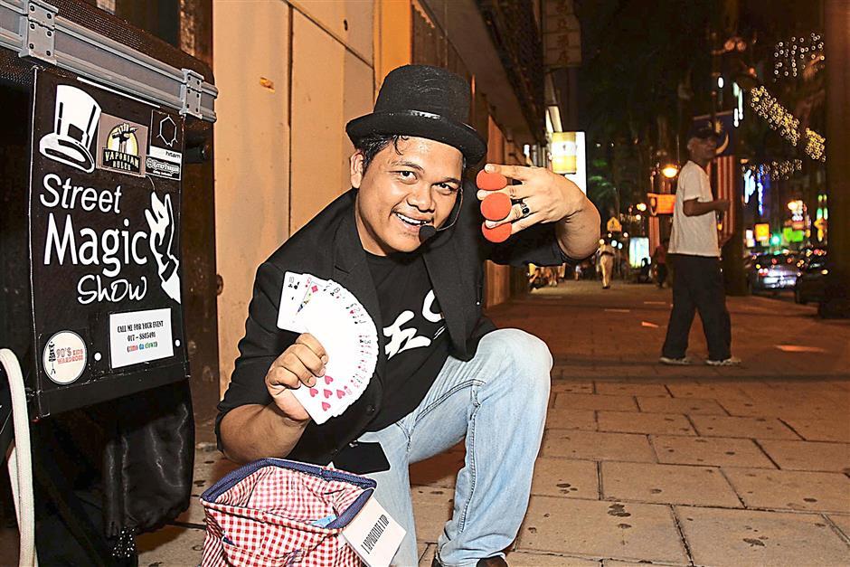 Street Magician entertaining visitors along Jalan Alor