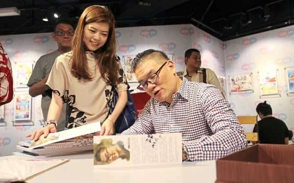 The Belt and Road Initiative for Win-Winism Comic author Dr Hew Kuan Yau (right) giving his autograph during the Belt and Road Initiative for Win-Winism Comic launch and artwork exhibition at the Penang Asia Comic Cultural Museum in Komtar.Pic by: ZHAFARAN NASIB/The Star / 2 June 2019.