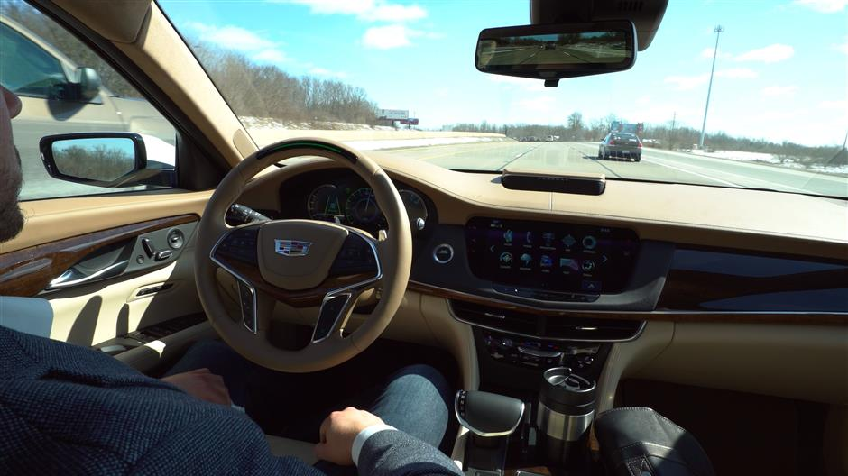 HANDOUT - In selected North American freeways, the Cadillac CT6 with the integrated 'Super Cruise' system already drives at up to 85 miles per hour (around 137 km/h). Photo: Cadillac/dpa - only for use in accordance with contractual agreement