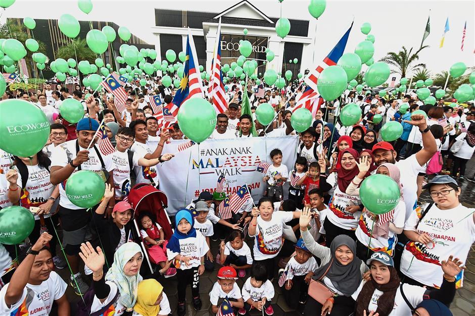 Participants of the AnakAnak Malaysia Walk Penang 2018posing for a picture at Eco Horizon in Bandar Cassia, Batu Kawan, Penang.