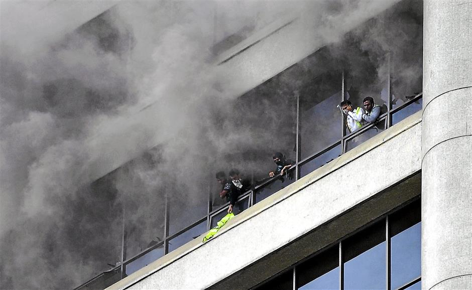 KUALA LUMPUR, 15 Jan -- TERPERANGKAP... Lima pekerja warga asing terperangkap hampir dua jam di Menara Tun Razak, Jalan Raja Laut, yang terbakar petang tadi menunggu untuk diselamatkan oleh anggota bomba dan penyelamat di sini, hari ini.12 jentera bomba dari Jabatan Bomba dan Penyelamat Hang Tuah, Titiwangsa, Hartamas dan Setapak dikerahkan ke tempat kejadian bagi memadamkan kebakaran.?Punca sebenar kejadian masih dalam siasatan dan tiada kemalangan jiwa dilaporkan.--fotoBERNAMA (2014) HAKCIPTA TERPELIHARA