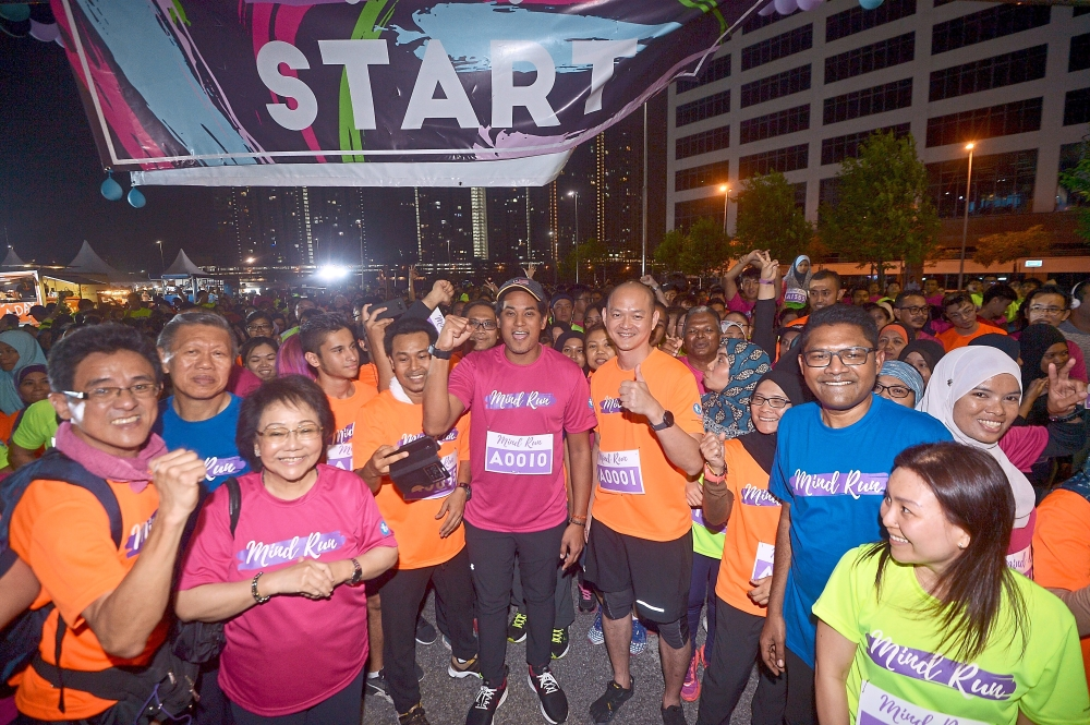 Khairy (centre, in pink), Dr Ong (on Khairy's left) and Dr Mohanraj (in blue) with participants at the start of the run. — Photos: RAJA FAISAL HISHAN/The Star