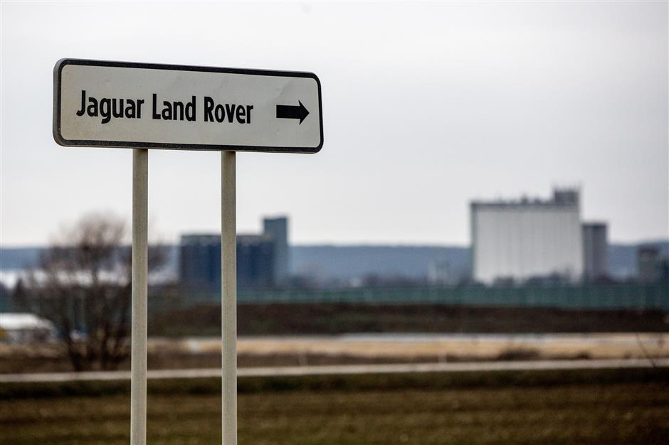 A sign marks the route to the construction site for the new Jaguar Land Rover Plc electric vehicle plant in Nitra, Slovakia, on Monday, Jan. 15, 2018. Slovakia makes more cars per person than anywhere else in Europe and it depends on automotive factories for about a third of its exports, yet the only e-cars are at Volkswagen AG\'s facility in the capital, Bratislava. Photographer: Lisi Niesner/Bloomberg