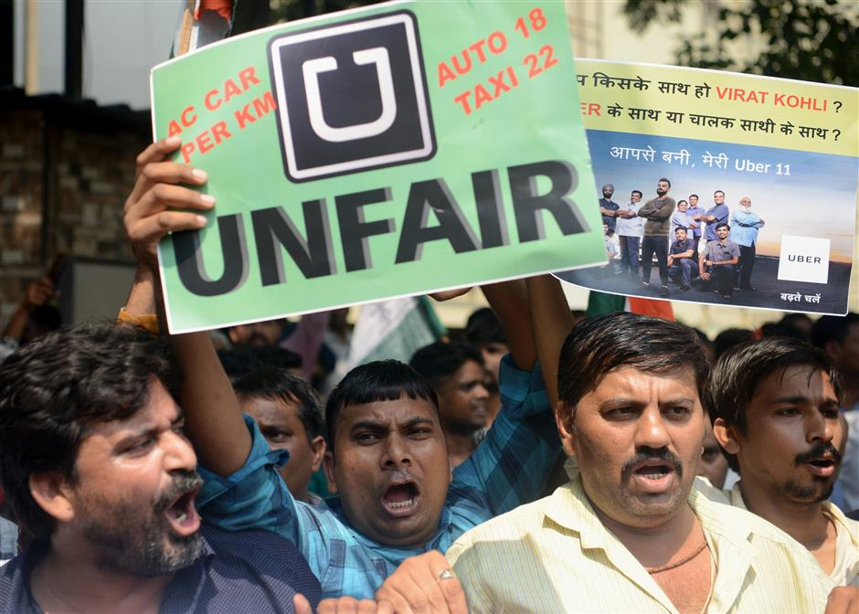 Indian drivers of cab aggregator services Uber and Ola take part in a protest against their respective managements in Mumbai on October 22, 2018. - Drivers in major cities across India including Mumbai, New Delhi and Hyderabad kept off the roads on October 22 to protest against fuel price hikes and demanded tariff revisions to make the job of driving for the cab aggregators more economically viable. (Photo by PUNIT PARANJPE / AFP)