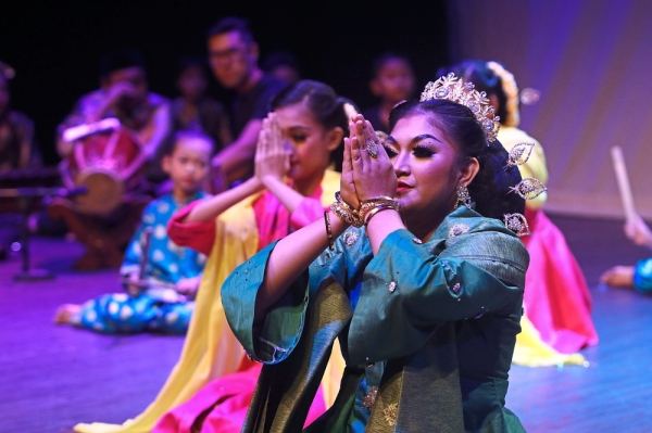 The production incorporated performances from Alam Kreatif's theatre and drama, traditional dance, silat tari, angklung and gamelan classes.