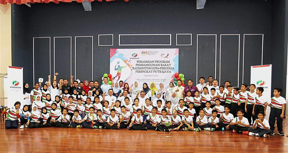 Students and teachers of both schoolsin a group photo with Perodua and Education Ministry representatives.