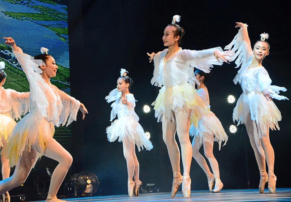 An egret and fishermen dance by Lan Yang dancers.