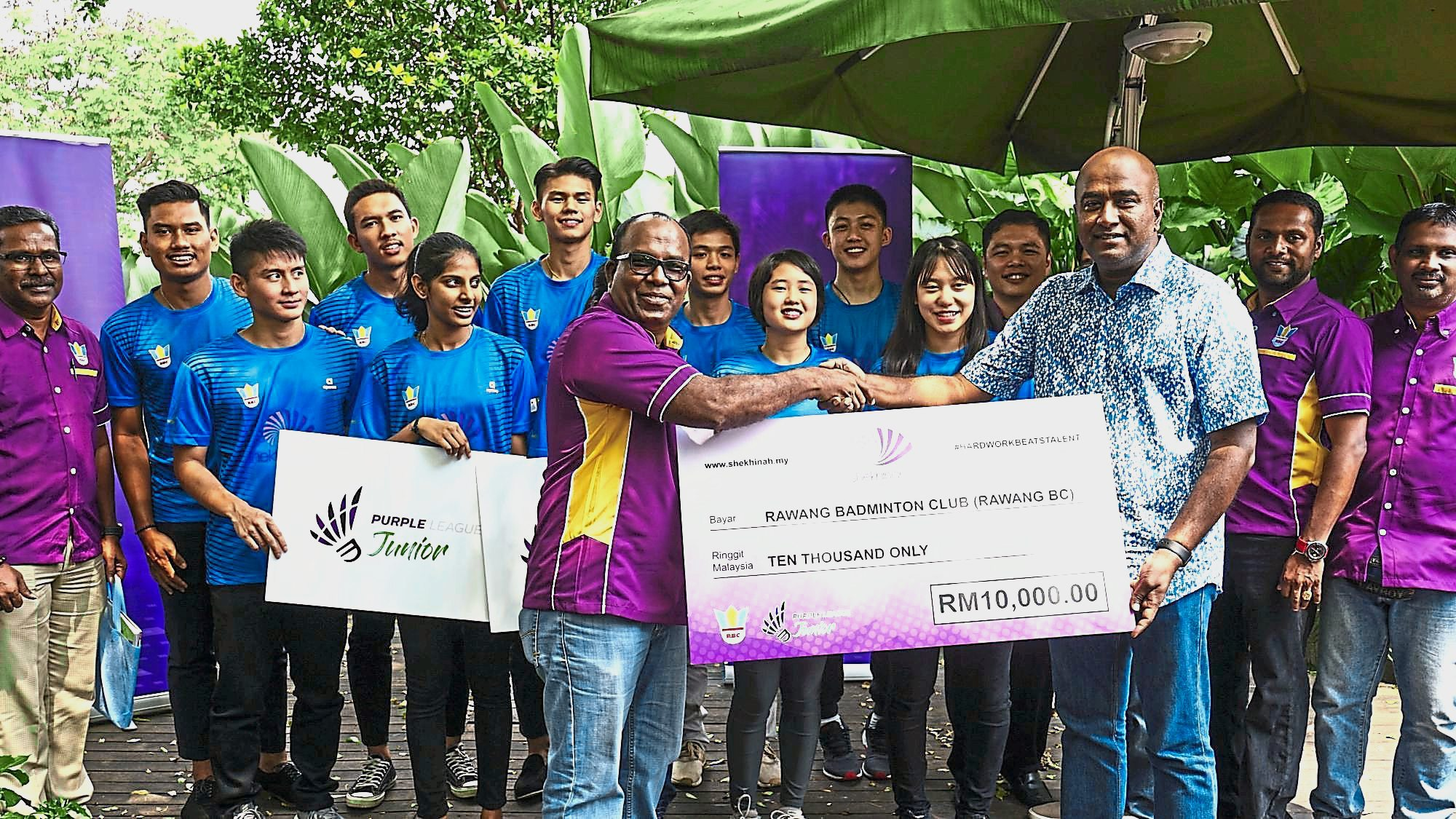 Christopher (front row, right) presenting a mock cheque to Jayaseelan in a sponsorship event in Bangsar last week.
