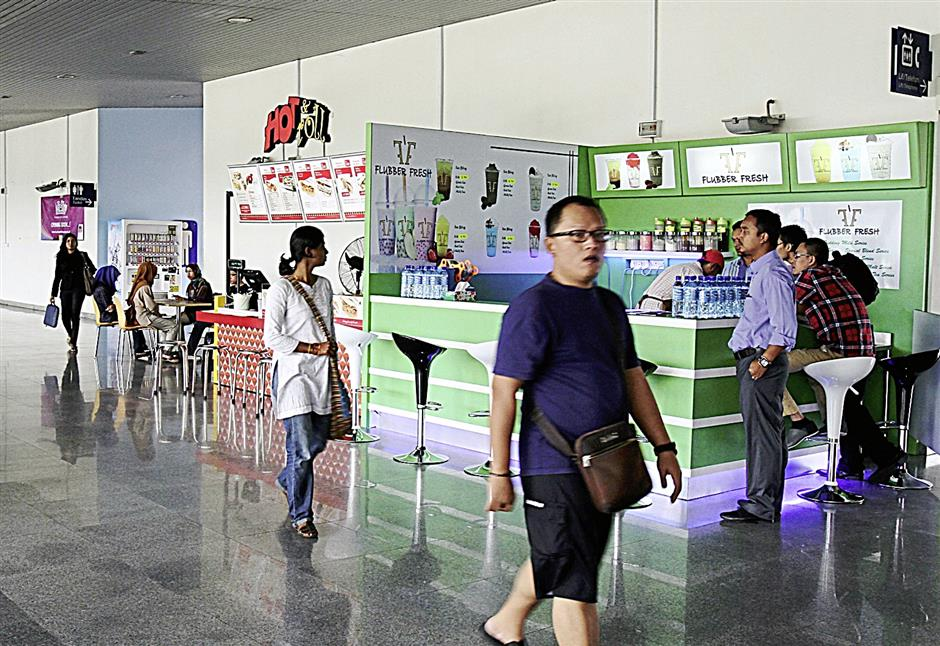 Putrajaya Sentral presently has food and beverage outlets, 11 kiosks selling souvenirs and knick knacks, a bus travel agency and a convenience store.
