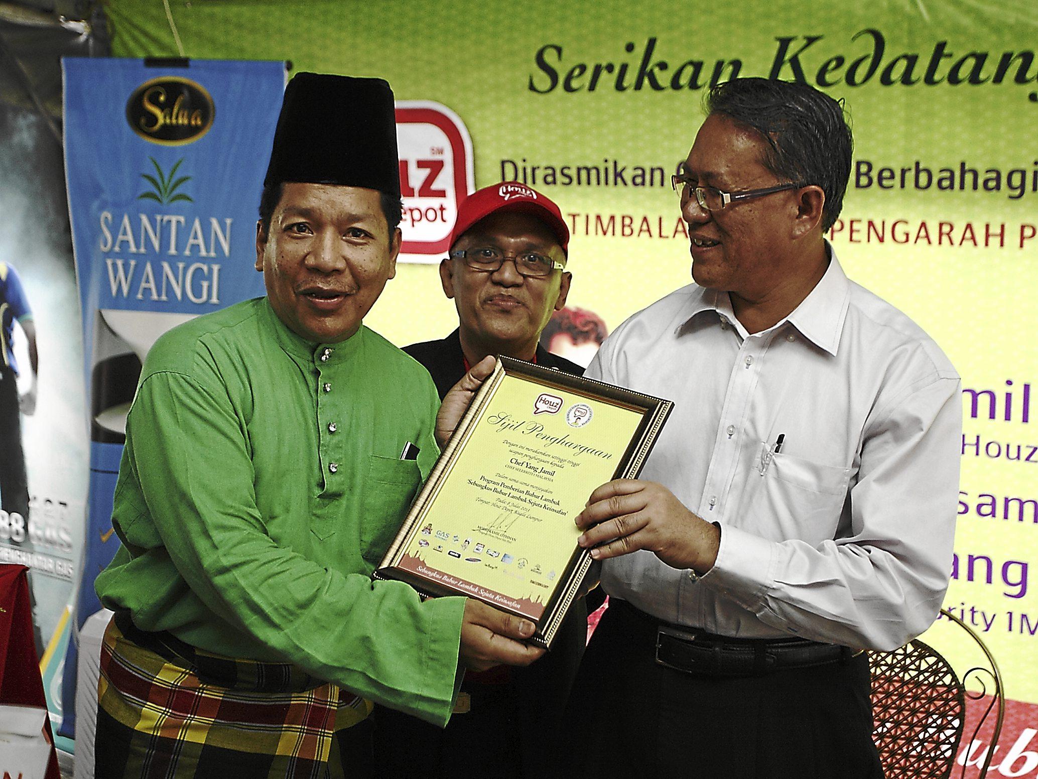Datuk Haji Mhd. Amin Nordin B. Abdul Aziz (Deputy Head Director of DBKL Development & SocioEconomy) handing out the certificate of appreciation to Chef Yang Jamil (1 Malaysia celebrity chef)