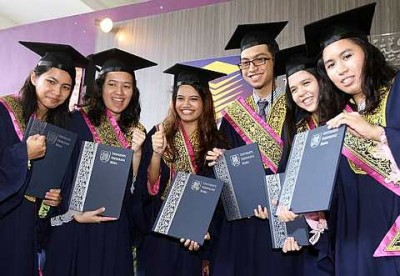 Uitm S Top Student With 3 78 Cgpa Happy To Receive Her Diploma Scroll And Vice Chancellor S Award The Star