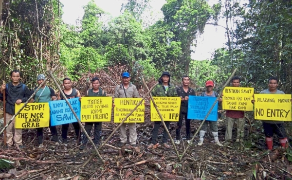 Natives from Penan and Berawan communities staging a blockade near Mulu National Park to stop oil palm plantation project. - Filepic