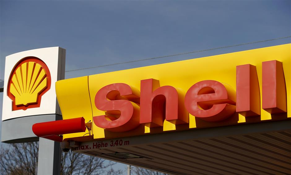 FILE PHOTO: Shell\'s company logo is pictured at a gas station in Zurich April 8, 2015.  REUTERS/Arnd Wiegmann/File Photo