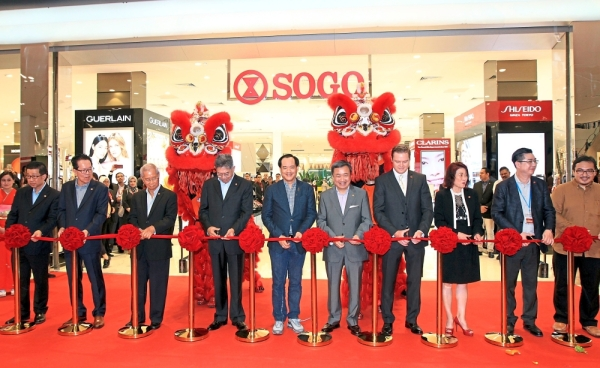 (From left) Sogo Group of Companies senior operations general manager Kam Siew Kheong, Toh, Sogo (KL) Department Store Sdn Bhd director Leow Sun Huat, Sogo Group of Companies group chairman Datuk Mohamed Khadar Merican, CPN Thailand chief operating officer Pakorn Partanapat, Sogo Group of Companies group managing director Datuk Alfred Cheng, group executive director Dr Shaun Alexander, Sogo (KL) Department Store Sdn Bhd  executive director Lisa Yong, Teo and CPN Malaysia chief operating officer Anthony Dylan launching the new Sogo at Central i-City Shopping Centre in Shah Alam.