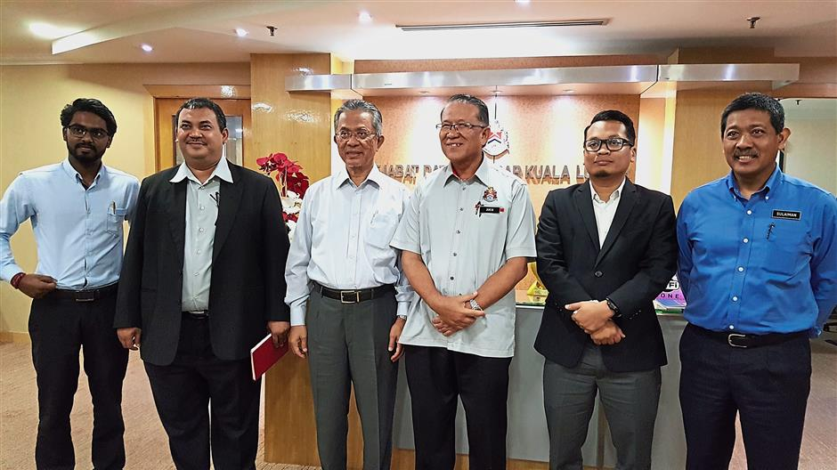 Amin Nordin (third from right) with Kamarudin (third from left), Nik Nazmi (second from right) and Prabakaran (left) at the mayor's office.