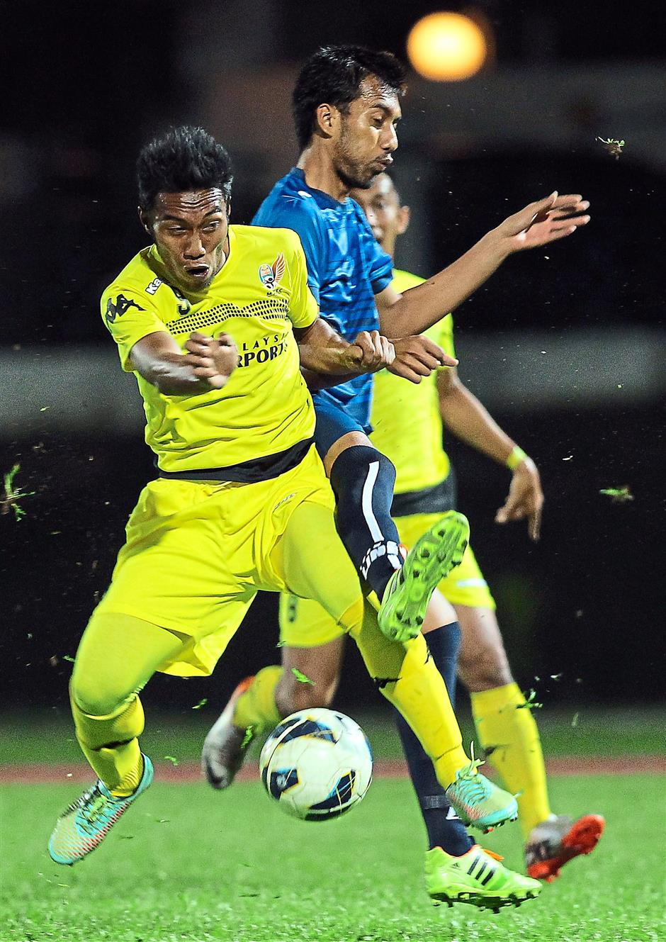 No way out: Sultan Sulaiman Club's Rezayulindra Ramlan (right) fights for the ball with MAFC's Hazwan Hassan.