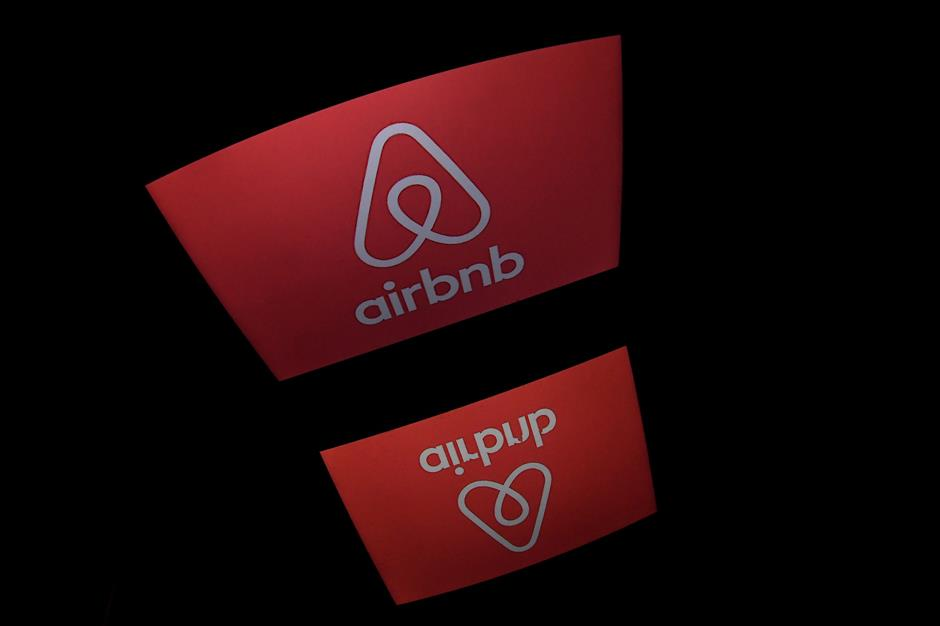 (FILES) This file photo taken on March 2, 2017 shows the logo of online lodging service Airbnb displayed on a computer screen in Paris. As from December 1, 2017, Airbnb hosts in Paris will have to register their property with the city hall administration, in an attempt by the city to track down illegal renting of primary residences beyond France\'s 120-day legal limit.  / AFP PHOTO / Lionel BONAVENTURE