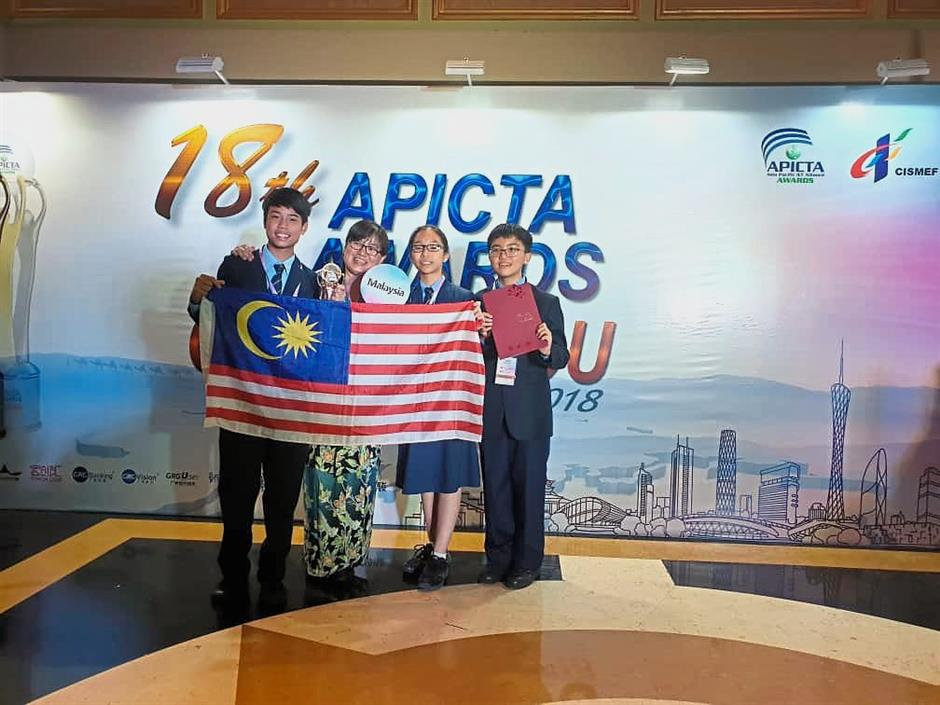 From left: Wei Zhe, teacher Tan Lee Yin, Shun Wen and Saan Cern earned the Winner Award with their project titled New Gen Farming.